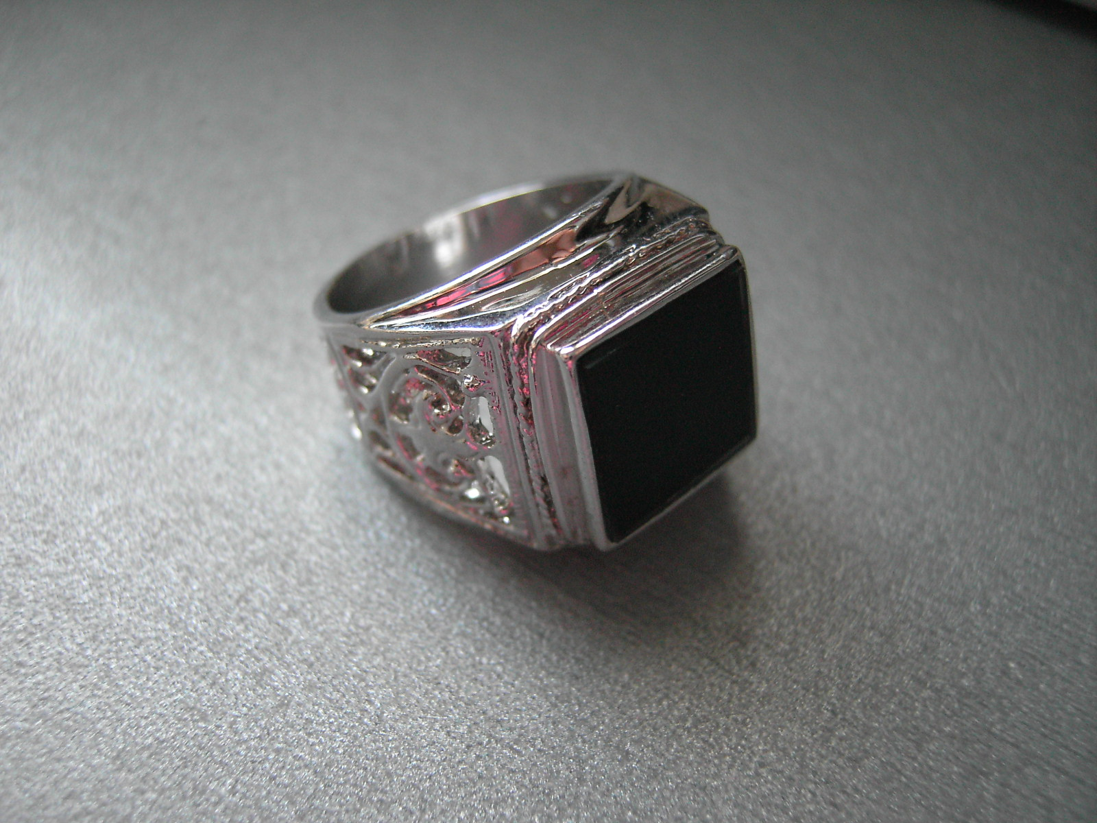 фото печатки с чёрным камнями